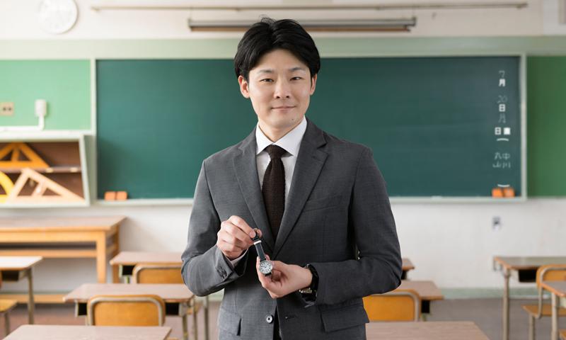 スクールタイムを持つ伊東絢人の写真。小学校で撮影。