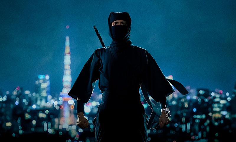 夜景を背にした忍者の写真