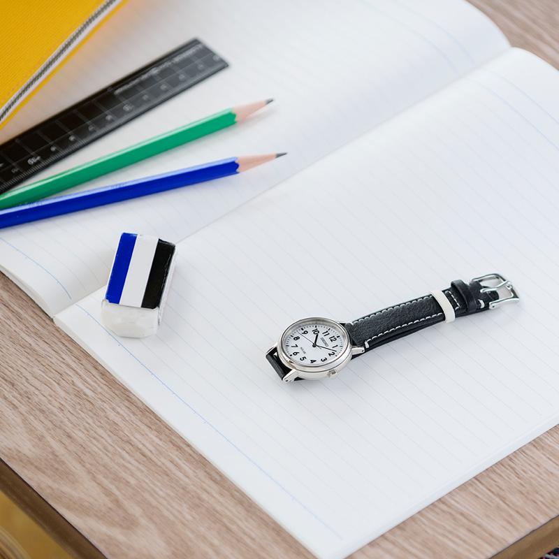 学校の机に置かれたスクールタイム(品番STPX073)の写真
