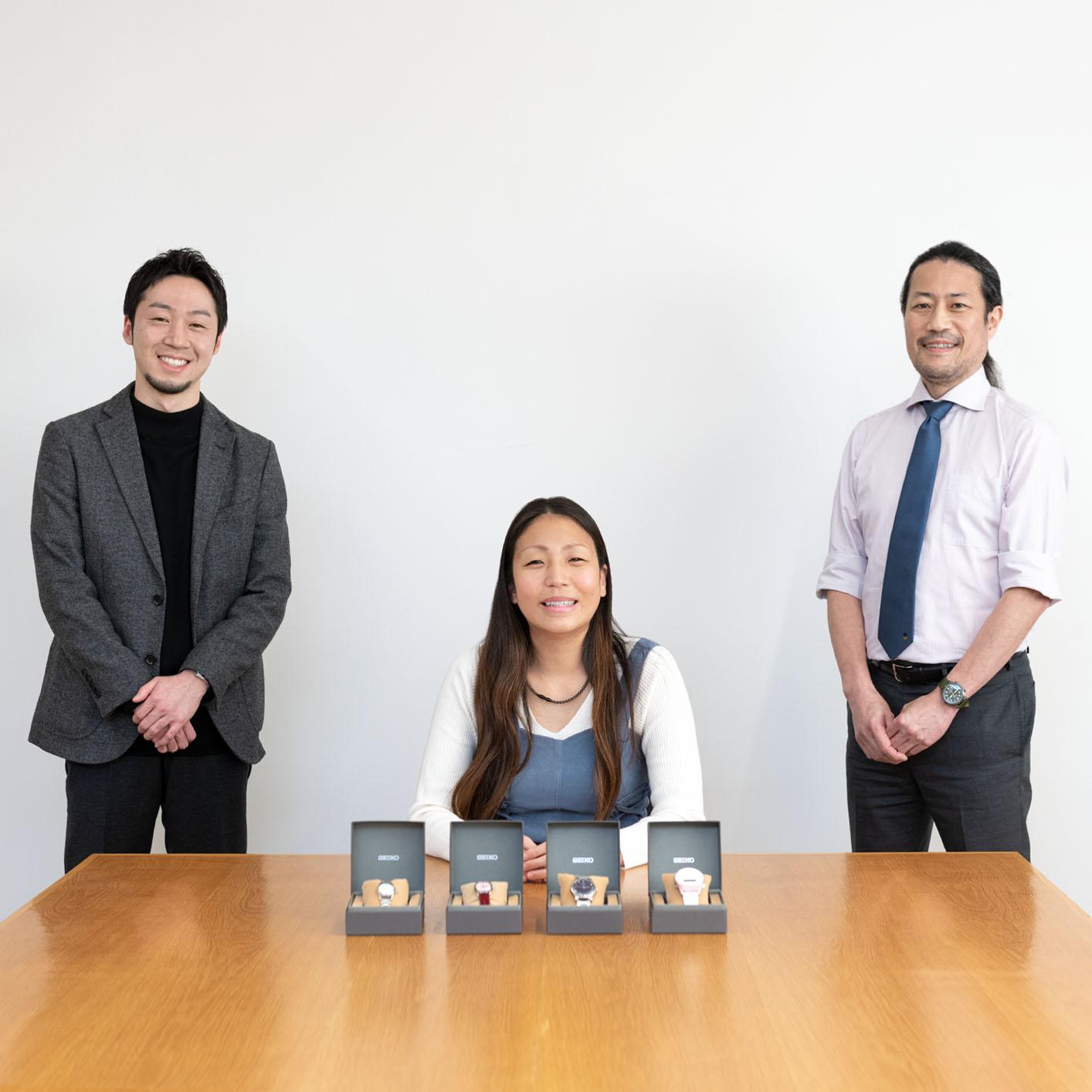 音声デジタルウオッチを担当した松榮氏(左)、障害者アスリートの高田さん(中央)、触読時計を担当した長谷川氏の3人が写った写真